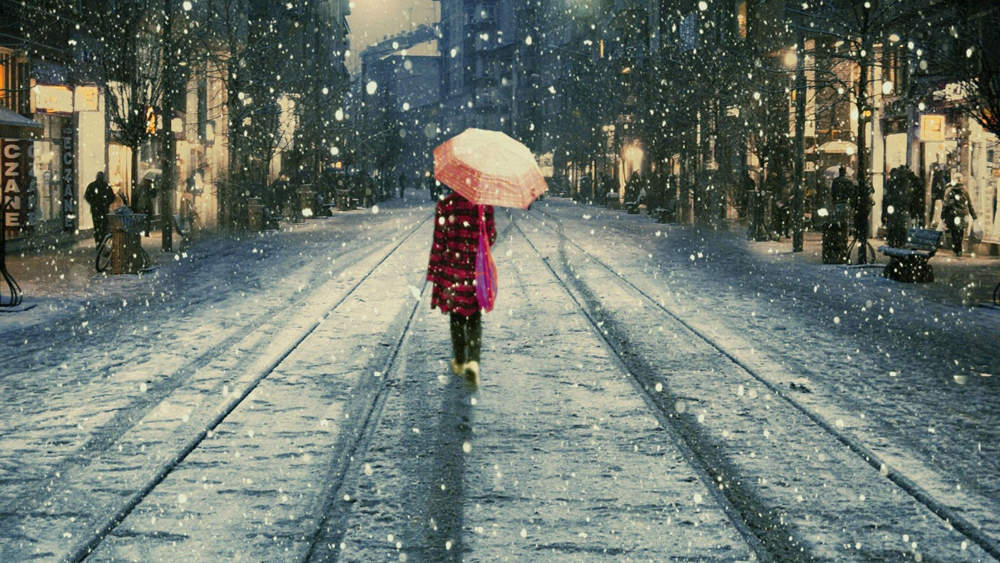 walk-snow-umbrella-street-photography-1080x1920